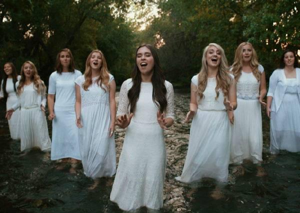 這9個女生以純人聲式演唱《奇異恩典》,美好到像是隨時會有天使降臨!
