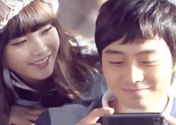 他直盯著手機裡IU的MV進入忘我境界,一分鐘後,他立刻後悔一輩子...
