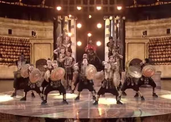 他們「穿著古羅馬戰服結合流行音樂跳舞」已經夠有戲劇張力,沒想到最後這一招更把評審嚇得半死!