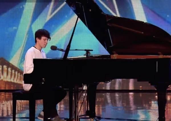 15歲小鮮肉不走偶像路線,反而用最真誠的歌聲讓在場觀眾感動眼眶泛淚...