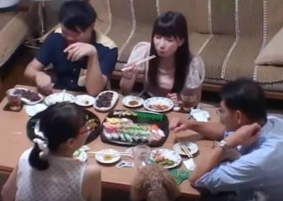 原本很開心兒子帶女友回家,但看到她能吃下50貫壽司後,爸媽的表情開始扭曲了...