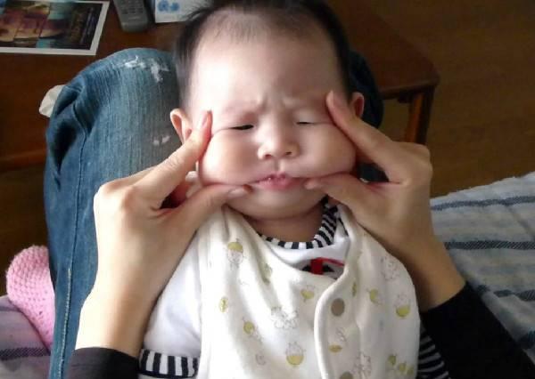 當小寶寶連續被媽媽瘋狂捏臉11下時,他的回應,絕對讓媽媽不敢再捏第12下!