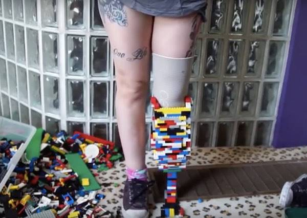 玩具還能這樣玩!這個女生竟然用樂高幫自己做出「一隻腳」?