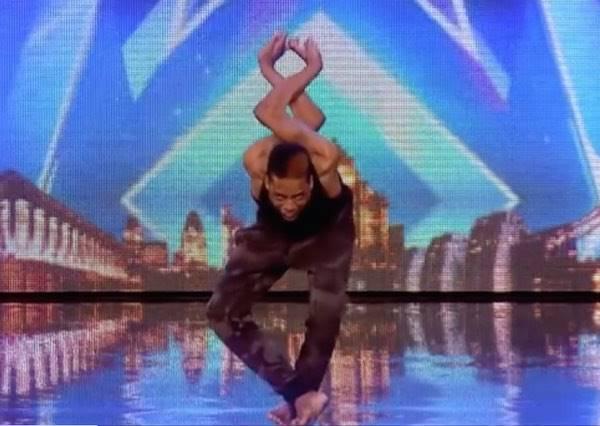 軟骨功也能和舞蹈結合?看完這個男孩子表演後,你會跪求太陽劇團快點網羅他!