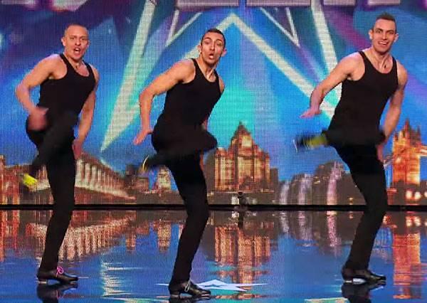 這三個男生說要表演「最另類的踢踏舞」都沒人看好,想不到他們腳步一擺開,評審全都起立看到最後!