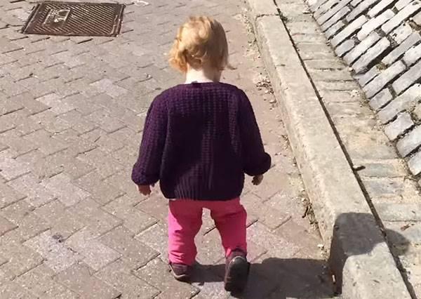 爸爸每天都記錄著baby成長的樣子,最後讓小女娃成功學會走路的竟然是這種原因!?