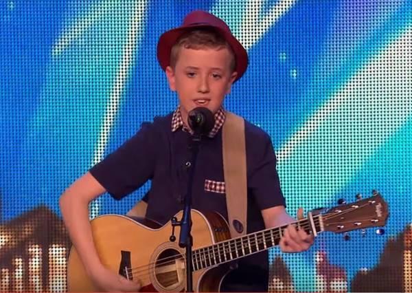 這名12歲小男孩喜歡一個女孩很久了,他終於鼓起勇氣要在全國人面前唱出為她而寫的歌。
