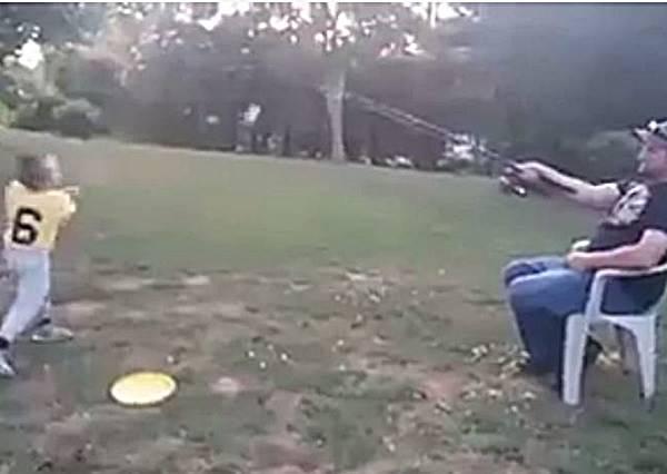 陪小孩玩棒球又不想太累?史上最懶惰的聰明爸爸發明這招超強玩法!