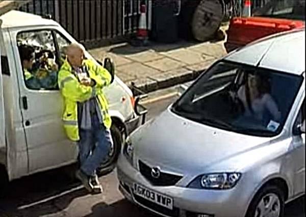 誰說女生不會停車?這個正妹用最霸氣的停車方法,徹底打臉那些人