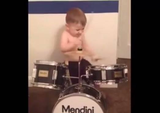 小小孩打鼓已經看很多,但這小朋友第八秒的動作證明了,他是搖滾重金雙面人的接班人!