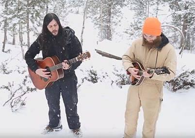 他們兩個在大雪中彈吉他唱歌,沒想到野生狼群就在背後伴唱!?