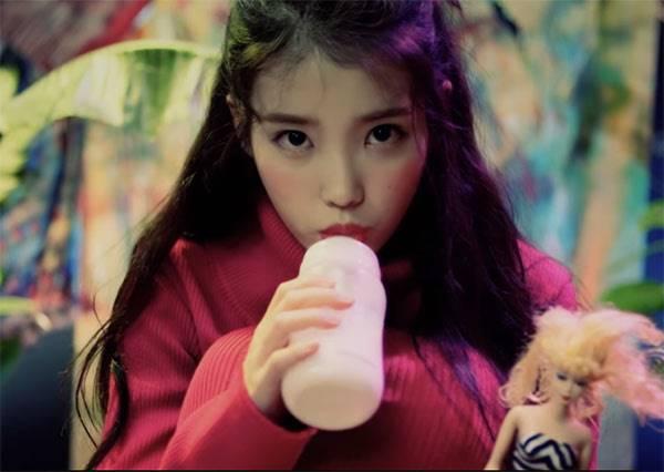 IU扮愛麗絲慶祝23歲生日,從性感到吃奶嘴賣萌,連MV歌詞都是賣點!