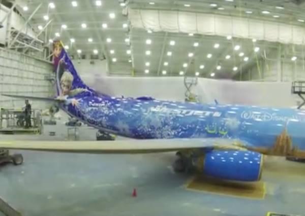 所有小女孩絕對會想搭上這個冰雪奇緣專機,一起「Let it fly」!