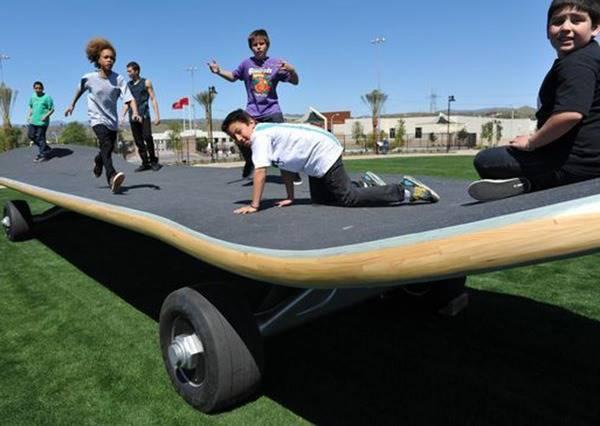 保證沒有CG特效!世界上最大滑板可以站上40人,甚至還有這些功能?