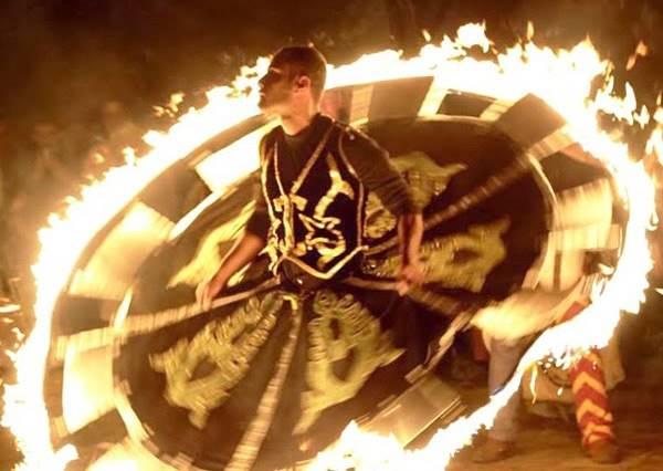 當這位男生穿著點火的長裙開始旋轉後,你會被接下來發生的美景嚇呆了!