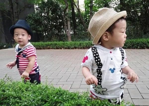 原本是要拍下小baby找媽媽的溫馨畫面,沒想到爺爺故意嚇他後,瞬間變成爆笑影片!