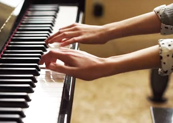 你以為只是普通的兄妹四手聯彈鋼琴嗎?看到1:27秒時我簡直不敢相信!