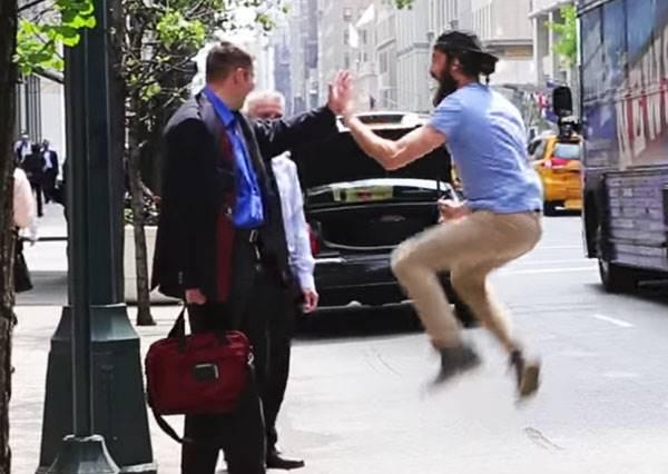 如果舉手攔車時,陌生人衝過來和你High Five,你會有什麼反應?