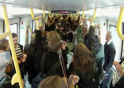 原本路人還覺得這些乘客帶著樂器很佔位,但當他們一起演奏後,立刻變成地鐵上最美的風景!