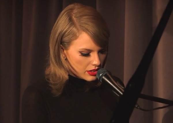 很多人都說泰勒絲已經變了,但當她自彈自唱寫給前男友的歌時,原來她還是跟以前一樣!