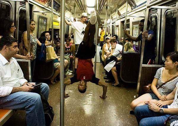 這群街頭藝人把舞台移到地鐵裡,他們在車廂內的欄杆就能賺到滿滿小費!