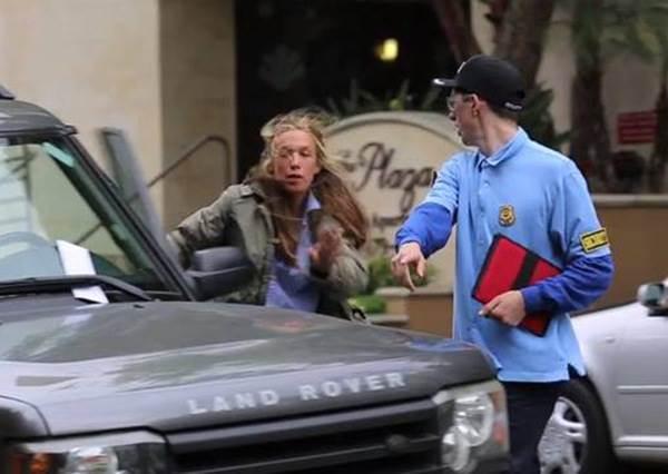 當收費員把停車單夾在雨刷上時,所有車主都很生氣,當他們打開信封後才發現是一場最溫馨的惡作劇...