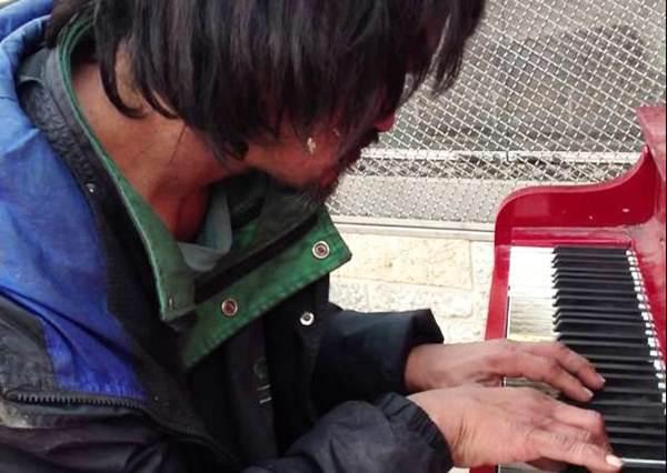 流浪漢竟是鋼琴天才?街頭彈奏動人樂章!