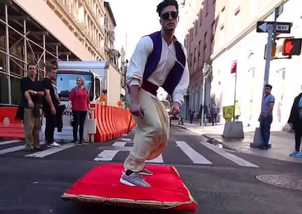 """這位老兄太羨慕「真人版」阿拉丁的魔毯穿梭紐約街頭,他決定自己也來模仿的結果…竟然變成""""溜毯"""""""