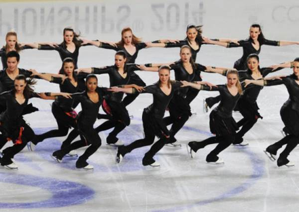 就算多達16個人,他們也要證明冰上世界都是優雅浪漫的!