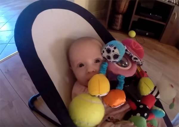 狗狗搶走玩具把小寶寶弄哭後,牠立刻用最意外也最溫馨的方式跟小主人道歉!