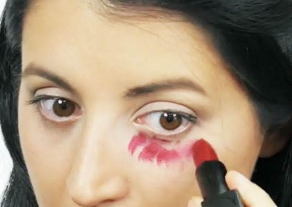 這女生要教大家如何遮黑眼圈卻拿出口紅?但看完成果你一定想學會這招!