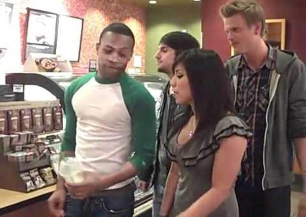 這群人用超完美歌聲只為了點咖啡,但店員接下來的回應才最厲害!