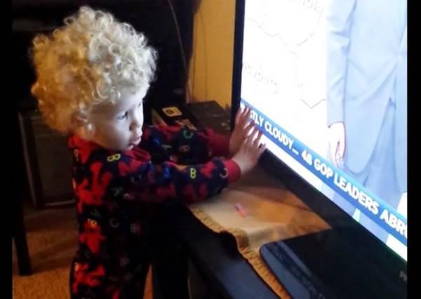 電視裡的跑馬燈有多討厭?小男孩使盡全力都要「阻止」它!