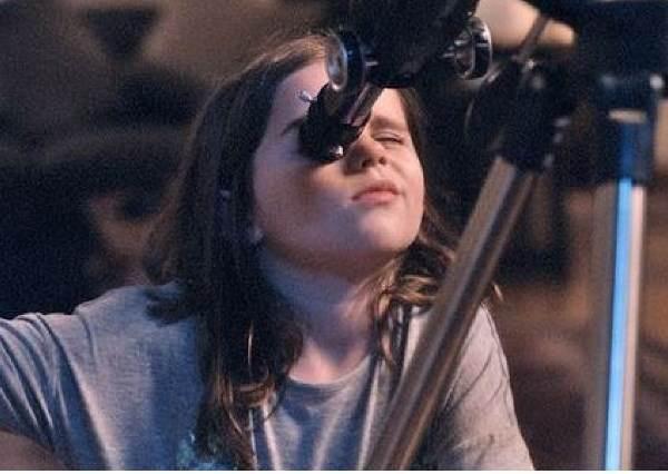 這個小女孩用望遠鏡發現月亮上有個不可思議的景像,她接下來的舉動讓你隔著螢幕都覺得溫暖!
