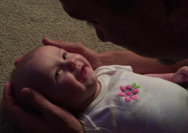 誰說小寶寶聽不懂大人說話!當爸爸唱歌稱讚Baby時,她的反應會讓你瞬間像棉花糖般融化!