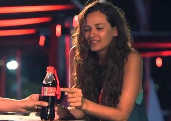 每個人都好奇手上這瓶可樂為什麼不一樣,等他們打開後,最浪漫的驚喜就出現了!