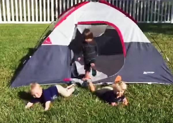 帳篷裡最先衝出來的小朋友跌個狗吃屎,沒想到第二個也被絆倒了…看到最後一個更是笑到拍桌!