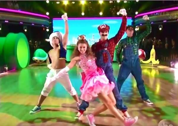這四個人表演之前光靠佈置就引起掌聲,等開始跳舞後,尖叫聲更是從沒停過!
