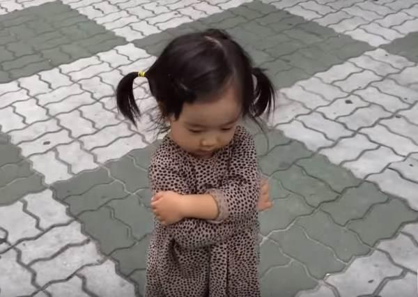 韓國小女孩原本在生爸爸的氣,但因為腳下這雙神奇鞋子,讓她就算再氣也笑出來!