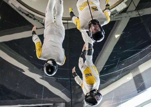 還以為他們是在做太空人訓練,等音樂聲一放才知道,這四個人根本就是舞林高手!