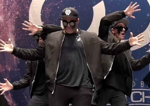 這三位「機械舞神」整齊劃一的舞技,已經猛到連機器人看到也會暈的神境界!
