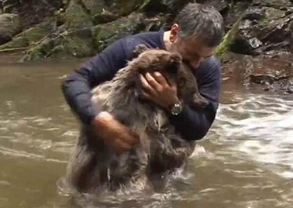這名探險家意外在河中遇上野生小熊,沒想到他們不但打水仗,甚至還做出這種動作!?