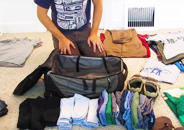 他把一整個月的行李全打包進一個隨身背包裡,他真的沒用百寶袋嗎?