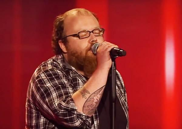 這個鬍子男遠遠超越專業水準的演唱,讓評審都不顧鏡頭拍攝乾脆下跪膜拜!