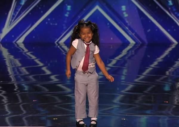她跟評審聊天時還像5歲女孩一樣天真活潑,殊不知唱起歌來,立刻變成專業歌舞劇演員!