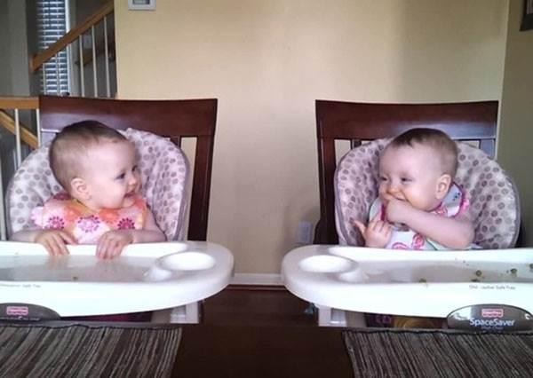 把拔彈吉他給雙胞胎女兒聽,結果反而被女兒的爆炸反應完全打敗!