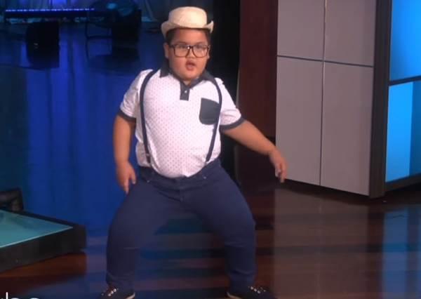 天生舞蹈魂大爆發,眼鏡小弟跳起洗腦神舞超到位!