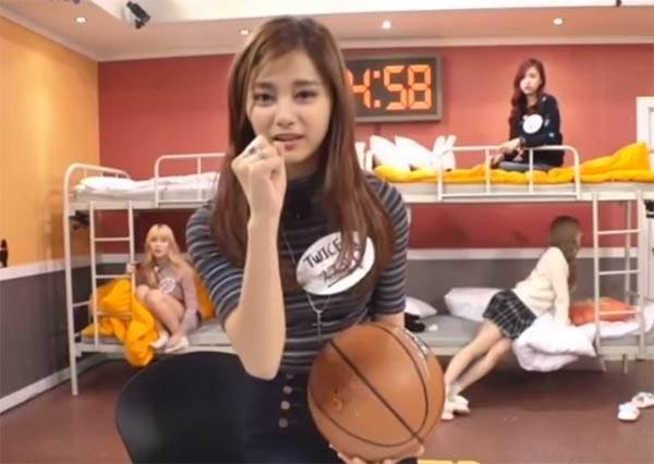 《TWICE》成員籃球PK!子瑜投不進球的撒嬌模樣,讓男生想報名一對一教學啊~