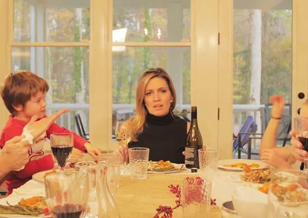 這個小孩將感恩節才能吃到果凍的心情改編成Adele的〈HELLO〉,爸媽聽到立刻用兩首洗腦歌神回覆