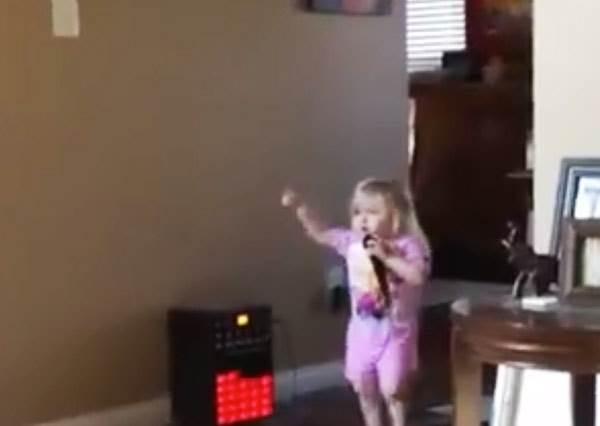 小女孩原本開心唱聖誕歌給媽媽聽,1:16秒之後原來她的表演才真要開始!?